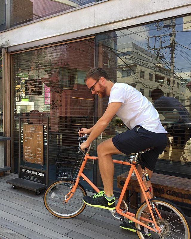 自転車 メンズヘア ライフスタイル メンズサロン 天気の良い日は自転車で来店される方が多いですね。 髪を切りに自転車でヘアサロンに行くライフスタイル。そんなメンズサロンありますか?本当に路面店は自転車での御来店が多いです。凄く素敵なライフスタイルだと感じております。自分のライフスタイルの延長にメンズサロンがあり、メンズヘアをするならメンズグルーミングサロン青山店と思って頂けると嬉しいです。 ライフスタイルの延長線にメンズグルーミングサロンはあります。 自分らしい、ライフスタイルとヘアスタイルを体験しに来ませんか? #長戸寛典