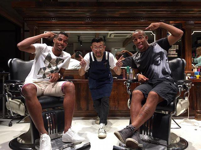 サッカー選手 刈り上げ ラインスタイル 現役Jリーガー選手の横浜マリノスのファビオとアデミウソン来店しました! 次の試合はゴール決めてくれると約束。 ブラジルサッカー選手は刈り上げラインスタイルはマスト! パート部分ラインも入れる。ラインスタイルを流行らせたのはサッカー選手ですね。海外のサッカー選手はラインスタイルを上手く取り入れて、オシャレに魅せていますね。 刈り上げスタイルのポイントは、同じ長さの刈り上げではなくて、グラデーションをつけて刈り上げをするのがオシャレ!怖く見せないように品を保ちながら、刈り上げラインスタイルを表現します。サッカー選手のような、オシャレな刈り上げラインスタイルをしたい方は是非! サッカー選手はオシャレ。 メンズグルーミングサロン青山 担当は長戸、山形。 #長戸寛典