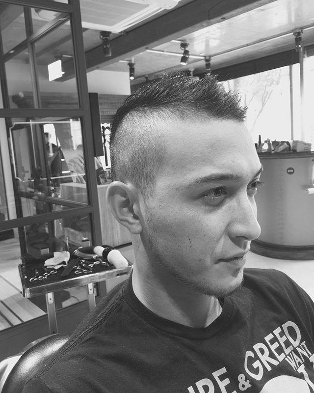 刈り上げ メンズスタイル  ボウズヘアから刈り上げメンズスタイルにチェンジ! 刈り上げは3.4mmでグラデーションのメンズスタイル。 エッジが効いたメンズスタイル。スタイリングが簡単に決まるメンズスタイル。王道なメンズスタイル。刈り上げのメンテナンス期間は2〜3週間!刈り上げスタイルはメンテナンス期間が実は大事なんです。綺麗に楽に決まる期間は実はこの2〜3週間なんです。 刈り上げスタイルのポイントは楽に決まる、期間を設けてメンテナンスする。 刈り上げメンズスタイル是非トライしてみて下さい。 #長戸寛典