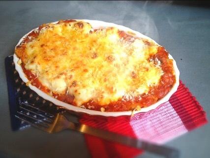 メングル☆TOMO's キッチン vol.1 こんにちは! メンズグルーミング GINZA2chome店の前田智彦です。 僕の趣味の1つの料理を今日から不定期で紹介していきたいと思います。 TOMO's キッチン記念すべき第一回目のメニューは 誰もが大好き、不味くできるはずがない、テッパン料理の。。。 『ラザニア』です!! この料理もちろんホワイトソース、ミートソースどちらも手作りです。 ホワイトソースは作るのが一見難しそうですが実はすごく簡単なんです。 一番のポイントは材料の分量の割合です。 バター:小麦粉:牛乳を1:1:10の割合で作るのがホワイトソースの黄金比です! 料理の好きな方、男性で料理を始めてみたい方、ご来店お待ちしています! そして料理得意な方、是非色々教えてください! よろしくお願いします☆ #前田智彦