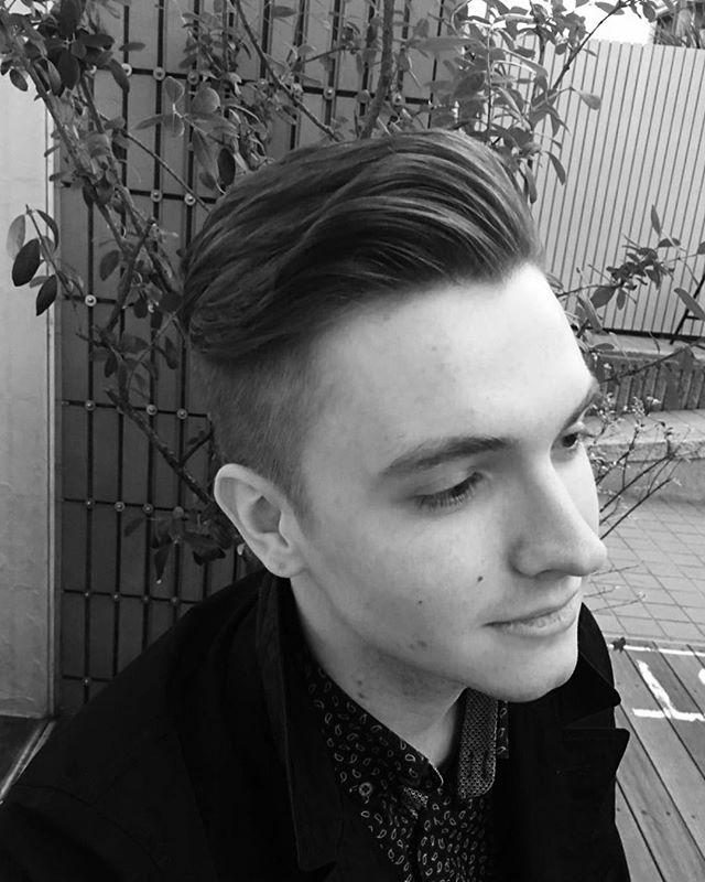 高めに刈り上げて前髪とトップをかきあげるツーブロックスタイル 髪質が柔らかくてボリュームを出すのが難しい方は、スタイリング剤選びがキーポイントになります。 水分量が多いワックスやグリースだと重すぎてしまいボリュームが出にくくなります。逆に水分量が少ないバクスターのクレイポマードやクレイワックスでかきあげるとヘアスタイルをキープできると思います。 また、サイドをなるべく短めにそして少し高めに刈り上げてあげることで、いつもとは違うツーブロックスタイルになります。 前髪とトップの長さはある程度残して、前髪をかきあげた時に額の幅と同じくらいのボリュームが出るくらいがバランスがとれていいです。高めに刈り上げているのでスタイリングするのはトップだけなのでラクにセットできます、ツーブロックスタイルだけれどもやり過ぎてないまとまりのある仕上がりになります。 メンズグルーミングサロン&ストア 六本木ヒルズ店では男性用の頭皮ケア、ヘアケア、スキンケア用品を日本一取り揃えております。白人のイケメンの香りのする石鹸などもあります。そして、豊富な知識を持った女性目線でアドバイスできるビューティーアドバイザーも在籍しております。 六本木ヒルズにヘアスタイルと身だしなみを求めに是非お立ち寄りください。 #山形亮太