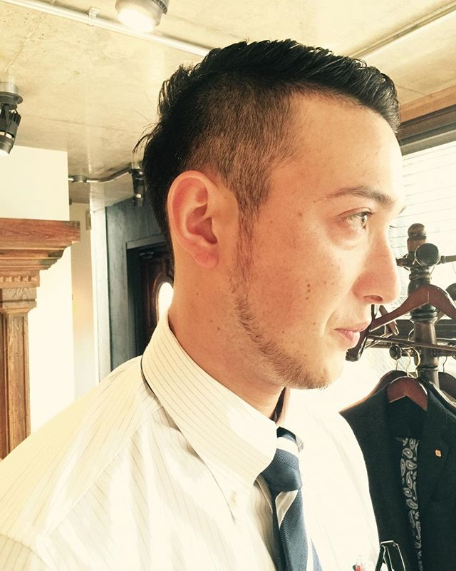 仕事の合間スーツビジネススタイル 仕事の合間にふらっと立ち寄りスーツ姿でサクっと、髪を切る。 そんなビジネススタイル、ライフスタイルを大事にしてます。 身だしなみから始まるメンズグルーミングサロン。 #長戸寛典