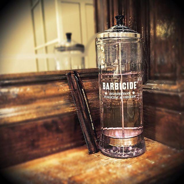 小物にも徹底したこだわりのある店 コーム用の消毒器です。 1950年代製でコロラド州から取り寄せました。 六本木ヒルズのメンズグルーミングは商品や技術だけでなく店内の内装や小物にも徹底したこだわりがあります。 #前田智彦