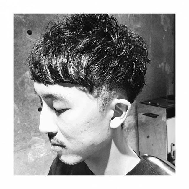 2ブロックパーマで立体感を♪  2ブロックのスタイルはスタイリングもしやすく気になる耳周りのボリュームも抑えられるのでおすすめです!ストレートヘアで動きの出し辛い方、簡単にトップをふんわりさせたい方、パーマがおすすめなので是非お試し下さい! #安田恭兵