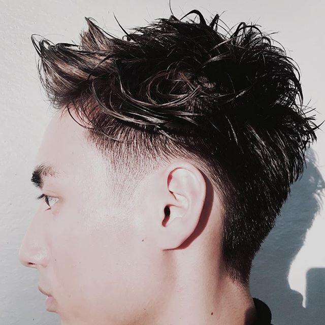 鋏で2ミリからのグラデーションをつけるクールな刈り上げメンズヘアスタイル  バリカンは使わなくても綺麗な短い刈り上げメンズヘアスタイルは出来ます。  バリカンのメリットは早く切れる。  サイズの設定「長さ」が明確にわかる。  1mm からの刈り上げが可能でとにかく短く、ソリッドで感じに仕上げたい場合はオススメ出来ます。  反対にデメリットもあります。  刈りすぎる場合がある「頭の形状や毛質、毛量、骨格などを考えながら切るのが難しくなる。  意外とバリカンに抵抗がある方はたくさんいる。  今回はサイドは鋏で切れる限界の2ミリぐらいからスタートして自然に上の長さにつなげていくグラデーションをつける刈り上げメンズヘアスタイルです。 上はまとめすぎないで動きも出せるクールな感じにしました。 #山形亮太