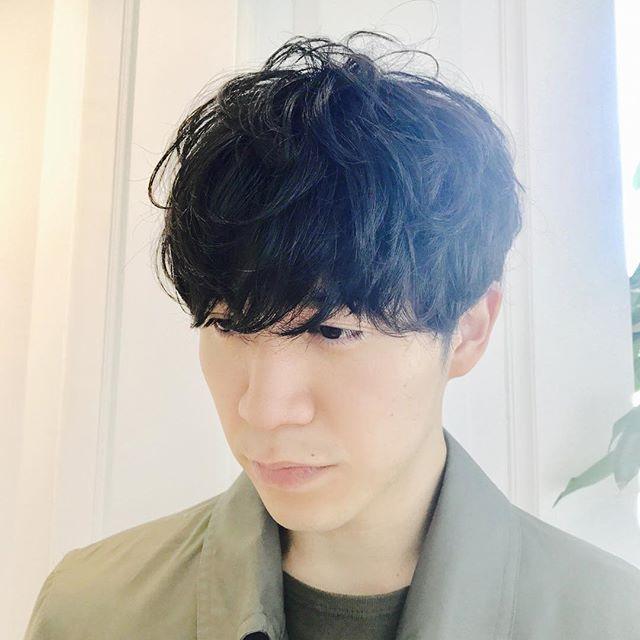 パーマでアンニュイな雰囲気!おしゃれにかっこいいメンズヘア! 大きめのロッドでパーマをかけてアンニュイな雰囲気を出しました! おしゃれにかっこいいモテ髪メンズヘアです! こういう雰囲気とてもいいと思います。 自然光が似合いますね! #姫田彩香