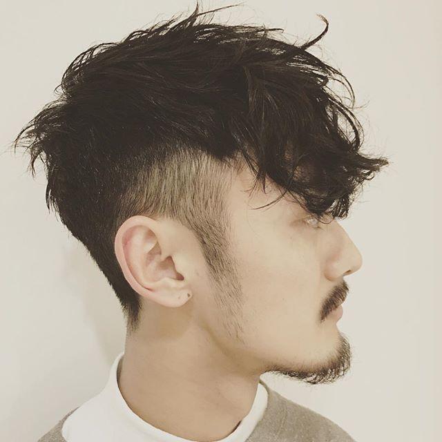 刈上げとクセを生かしたうざバング 6mmから高めにグラデーションに刈り上げていきました。トップは短く前髪はクセ毛と長さを生かしてやぼったさを残してみました。 下ろしても流しても良し!! クセ毛を活かせる方法ありますので悩んでる方気軽にご相談ください。 自分もクセ毛ですのでお気持ちはすごく分かりますので!笑 2017今年もよろしくお願い致します!! #若林潤