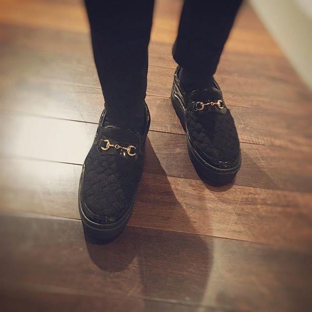 ☆ELLYのファッションスナップ☆ お久しぶりのファッションスナップになってしまいましたが…。 お客様の足元です! この留め金は?? そぉです!GUCCIですね! オシャレは足元から…。とも言いますね! いつも素敵なshoes で御来店されます! ヘアスタイルから指先まで、トータルコーディネートをグルーミングサロンで整えませんか? 是非御来店お待ちしております!(^ ^) #小澤絵理