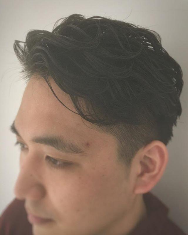 7:3パーマスタイル!! 周りは上の髪の毛とメリハリがつくように短く刈り上げをし、後ろに流れるようなパーマスタイルです!! 暑い夏は前髪をあげてスッキリしたいですよね!! パーマをかけることによってよりスタイリングもしやすくなります!! 普通の7:3だとつまらないという方! ぜひパーマも試してみましょう!! 平日は学生限定でカット、パーマ、カラーを優待価格でやらせていただいてます。 ご来店お待ちしてます!! #山越一輝